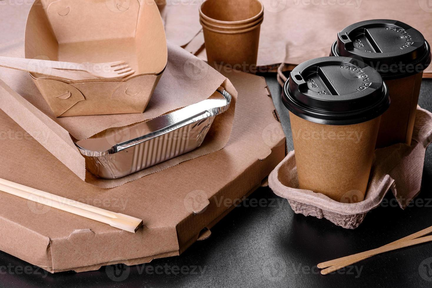 vaisselle jetable en carton brun écologique sur fond sombre photo