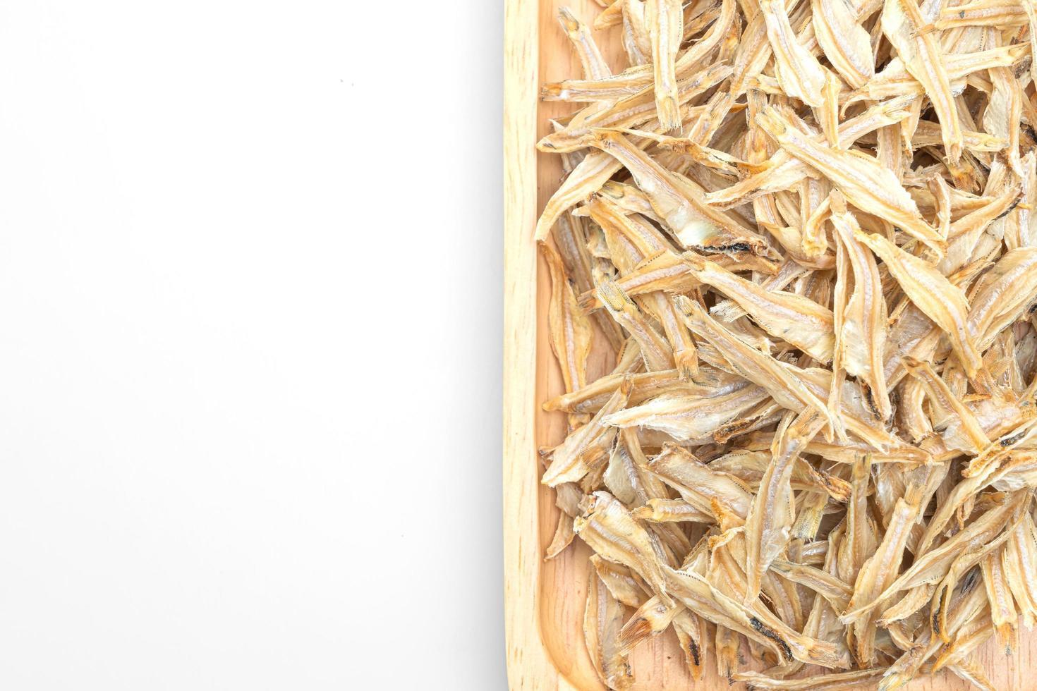Petit poisson cuit croustillant séché isolé sur fond blanc photo