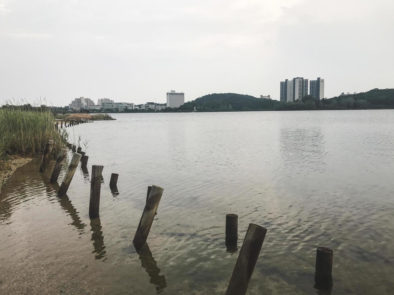 la vue sur un lac dans la ville de sokcho, corée du sud photo