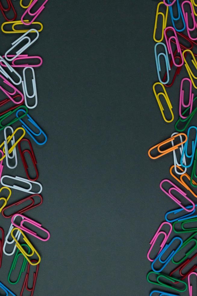 trombones de couleur isolés sur fond de papier photo