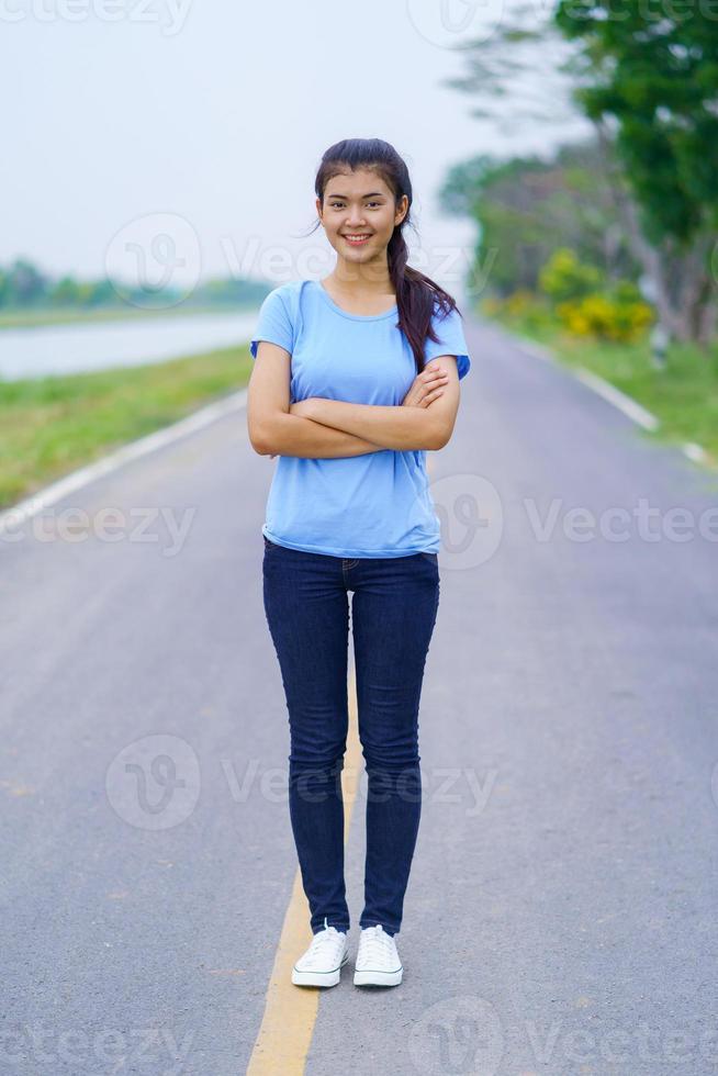 portrait de belle fille en t-shirt bleu photo