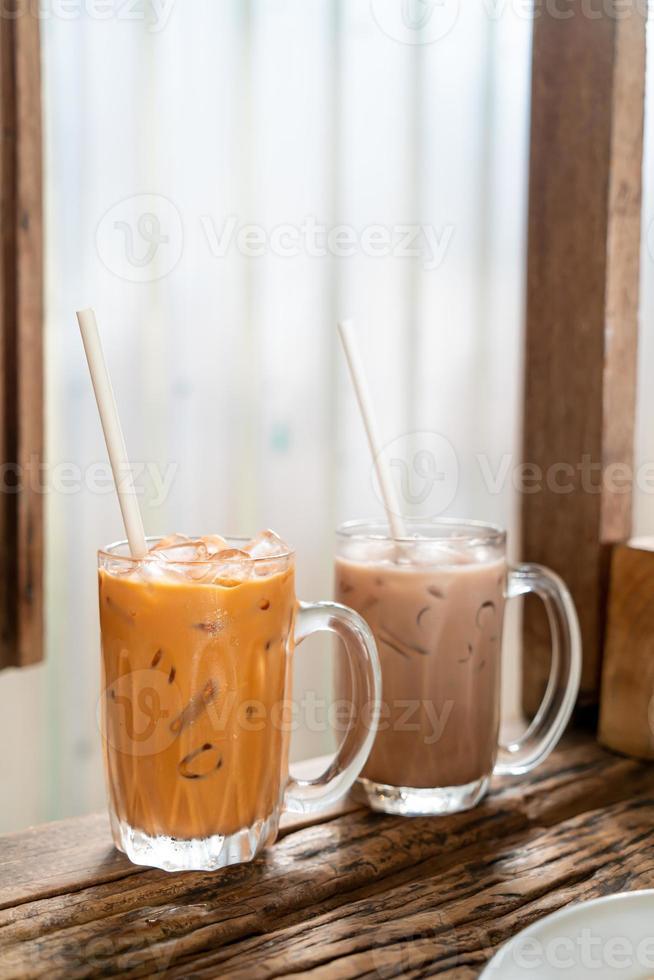 Verre de thé au lait thaï glacé au café restaurant photo