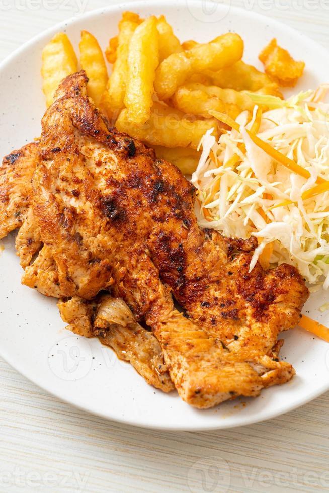 steak de poulet barbecue épicé grillé avec frites photo
