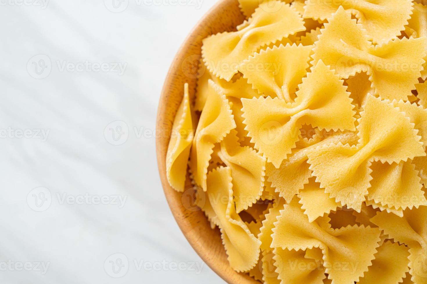 pâtes farfalle non cuites sèches dans un bol photo