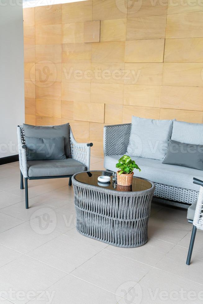 chaise de patio extérieur vide et table avec oreiller photo