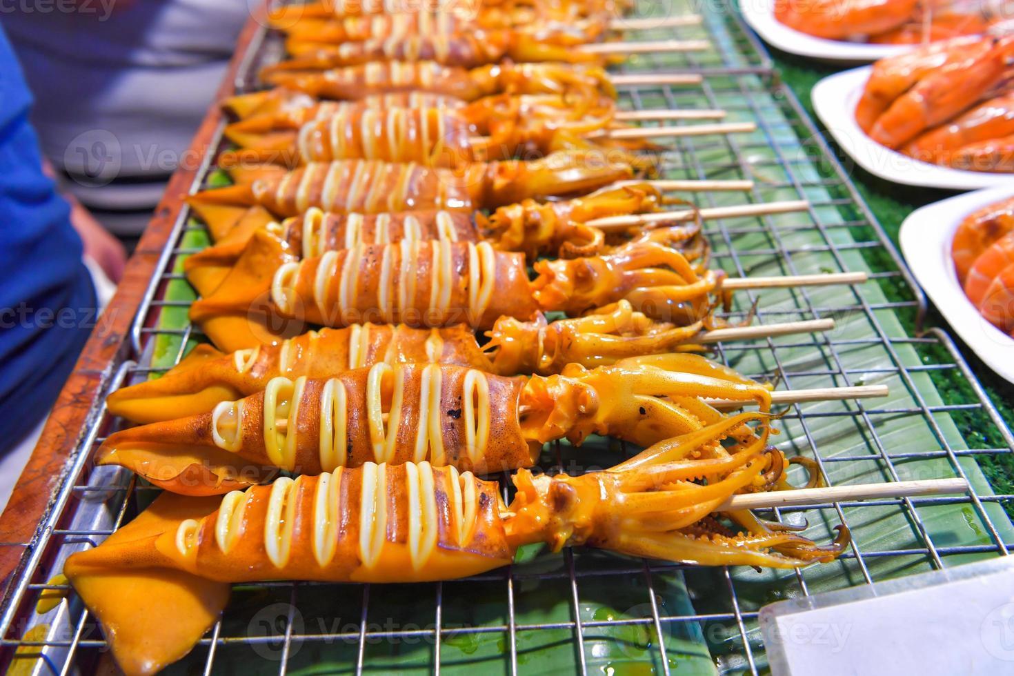 calamars grillés sur la cuisinière dans le marché photo