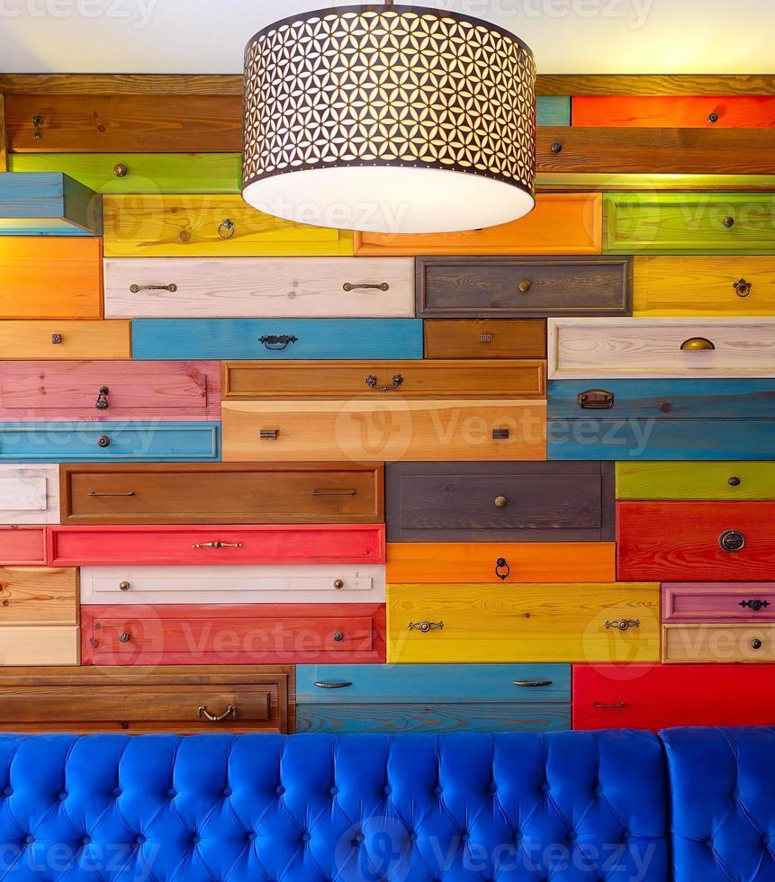 tiroir en bois coloré et siège bleu photo