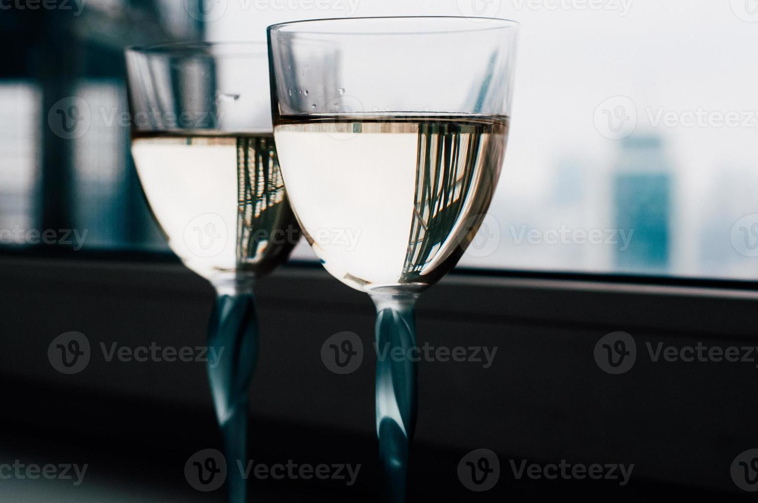 deux verres de vin blanc sur le rebord de la fenêtre, beaux reflets photo