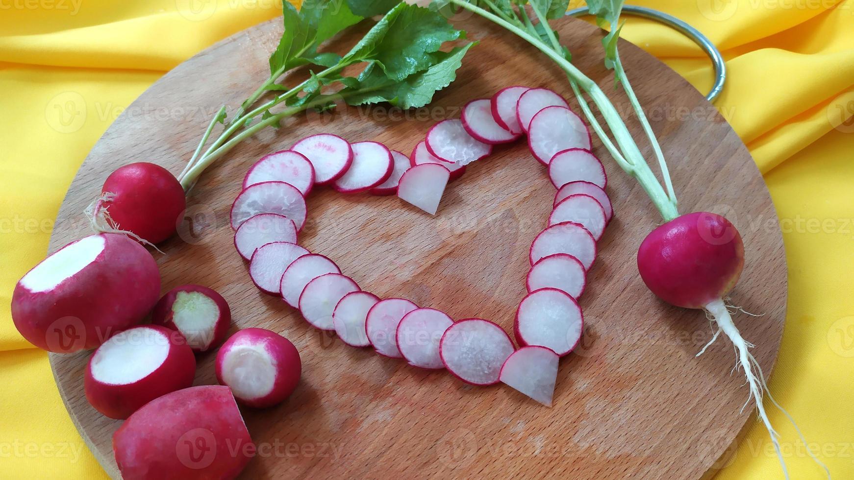 le cœur est disposé à partir de tranches de radis en gros plan. photo