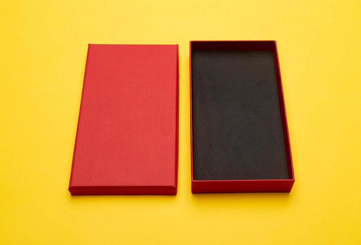 boîte rouge isolé sur fond jaune photo