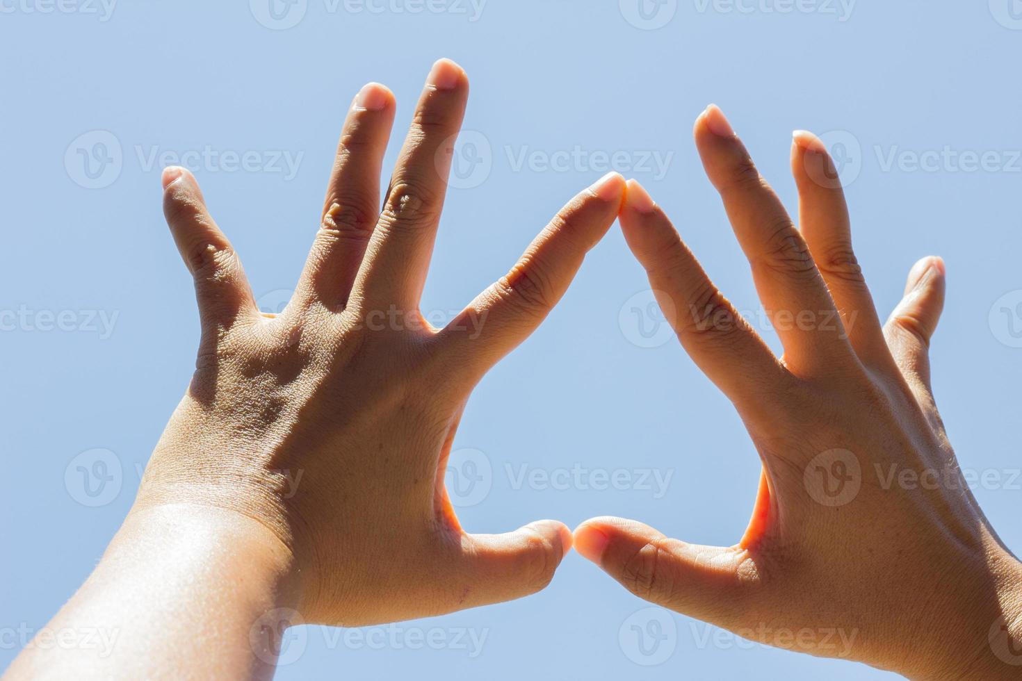 fille main en forme de coeur à l'envers amour ciel bleu photo