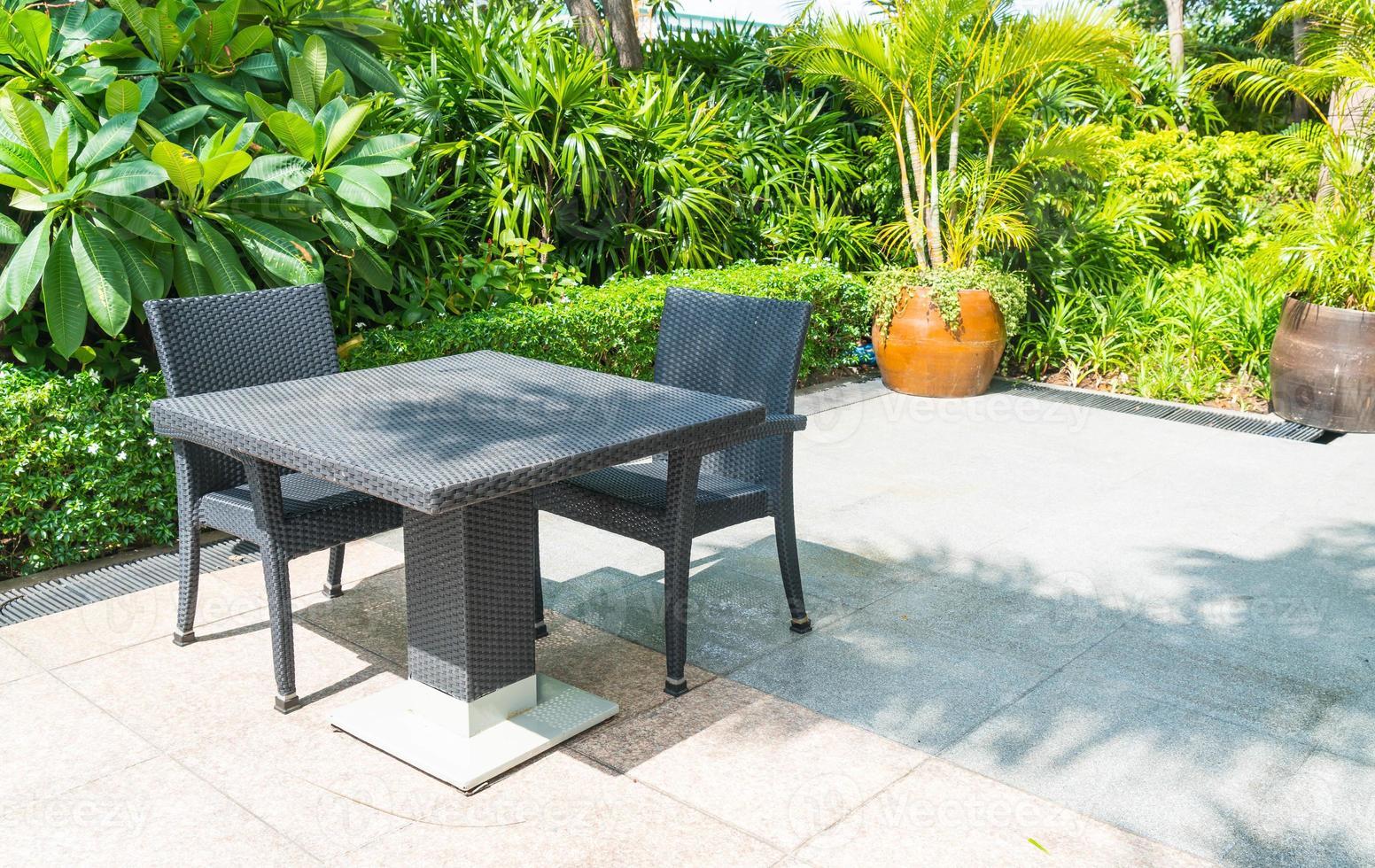 terrasse extérieure avec chaise et table photo