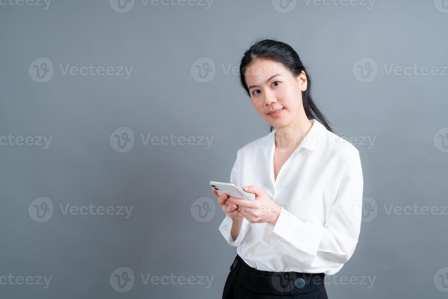 femme asiatique utilisant des applications de téléphonie mobile photo