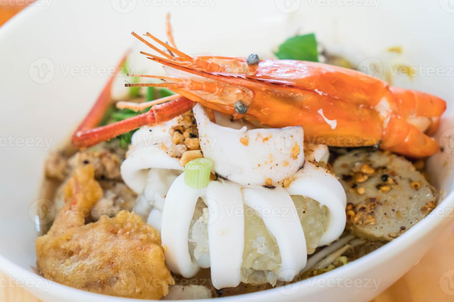 soupe de nouilles épicée aux fruits de mer asiatique photo