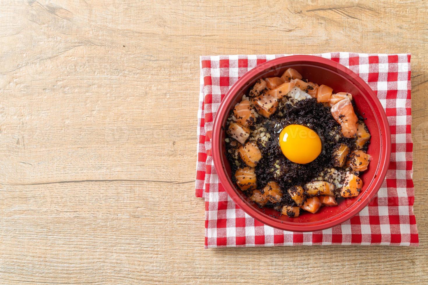 riz japonais au saumon frais cru, tobiko et oeuf photo