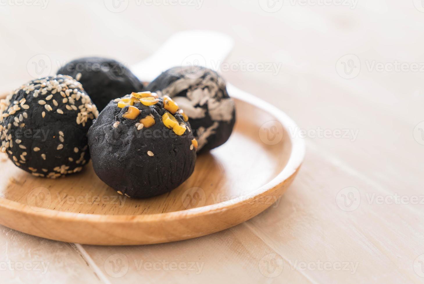boule de pomme de terre au charbon photo