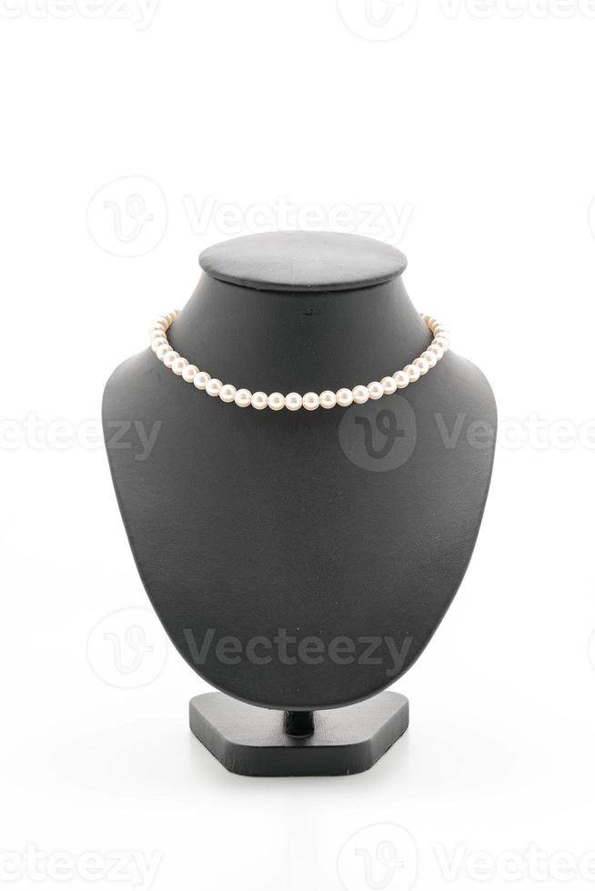 beau et collier de luxe avec collier de support de bijoux sur fond blanc photo