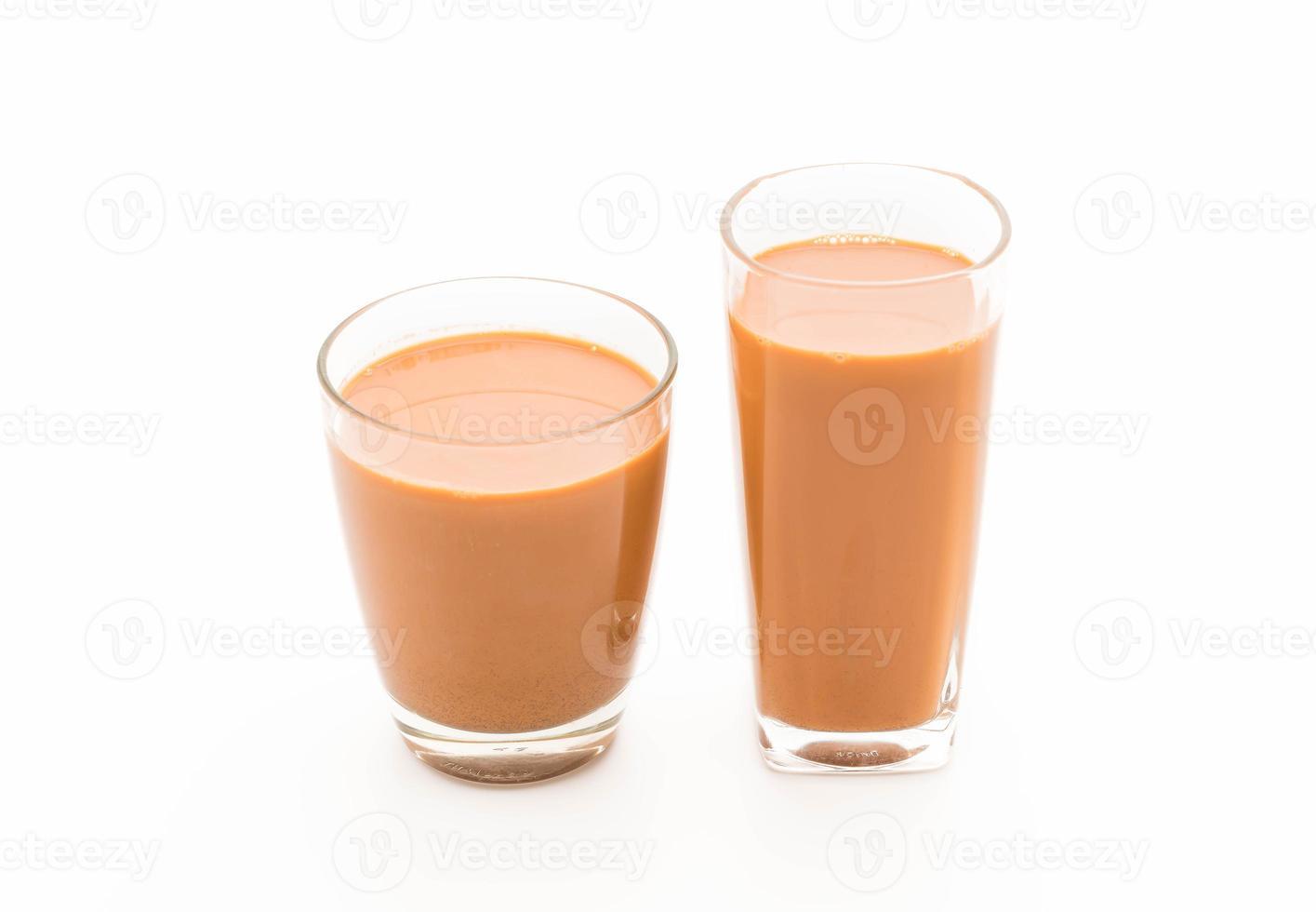 thé au lait sur fond blanc photo