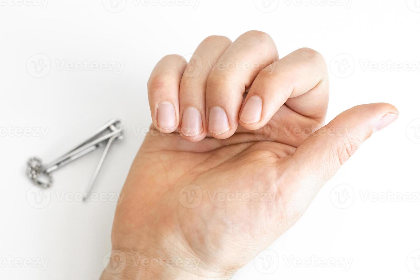 ongles coupés d'un jeune homme photo