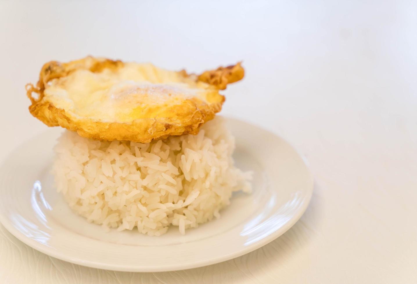 oeuf au plat avec du riz sur table photo