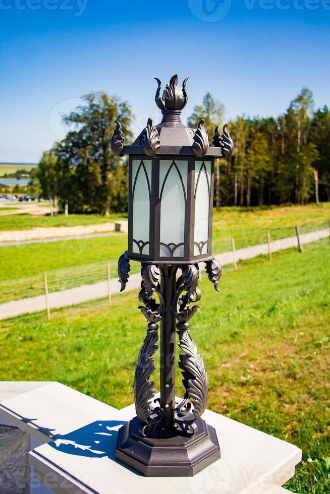 lanterne forgée ajourée par une journée ensoleillée. photo