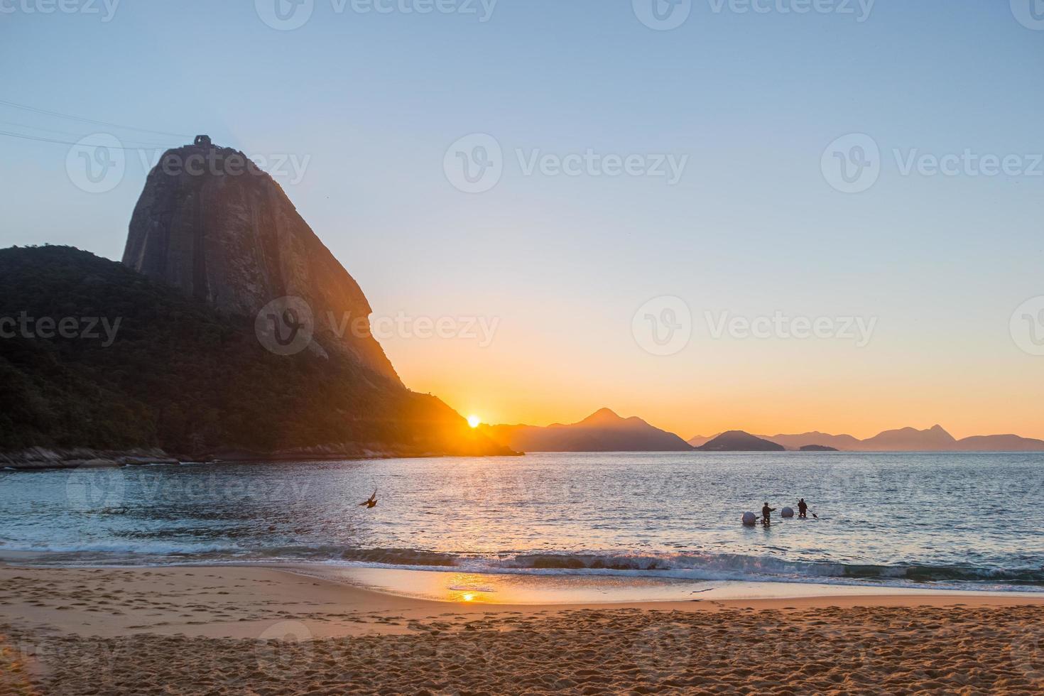 lever de soleil sur la plage rouge du quartier urca photo