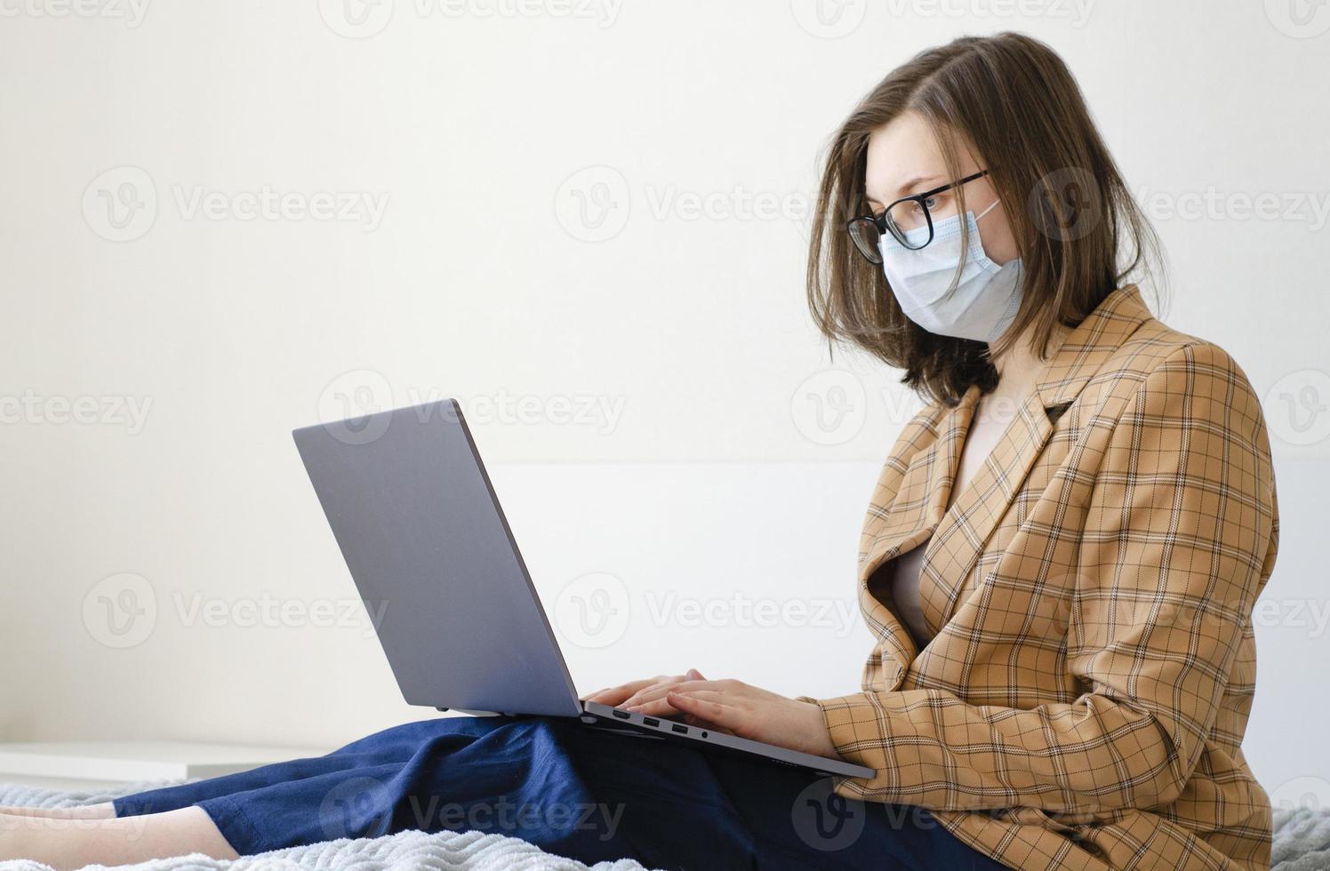 une femme d'affaires résout les problèmes de travail à distance. protection antivirus. photo