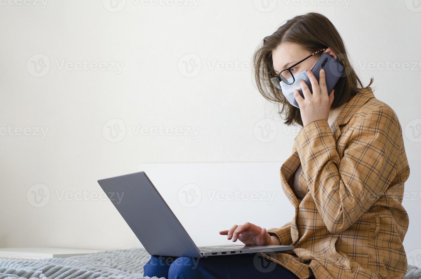 coronavirus. quarantaine. une femme d'affaires résout les problèmes de travail à distance. photo