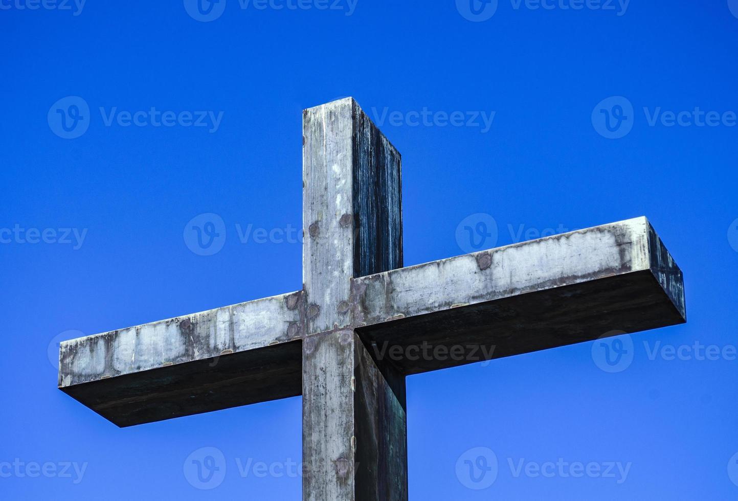 monument. croix en métal de la mémoire. photo