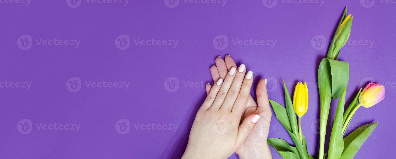 manucure féminine sur fond clair. mauve photo