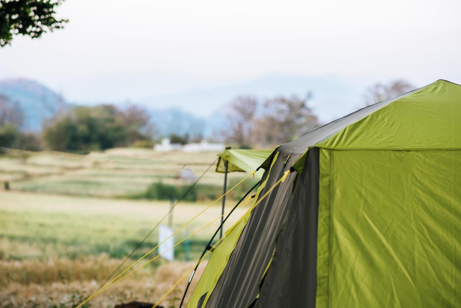 tente touristique en camp dans la montagne photo