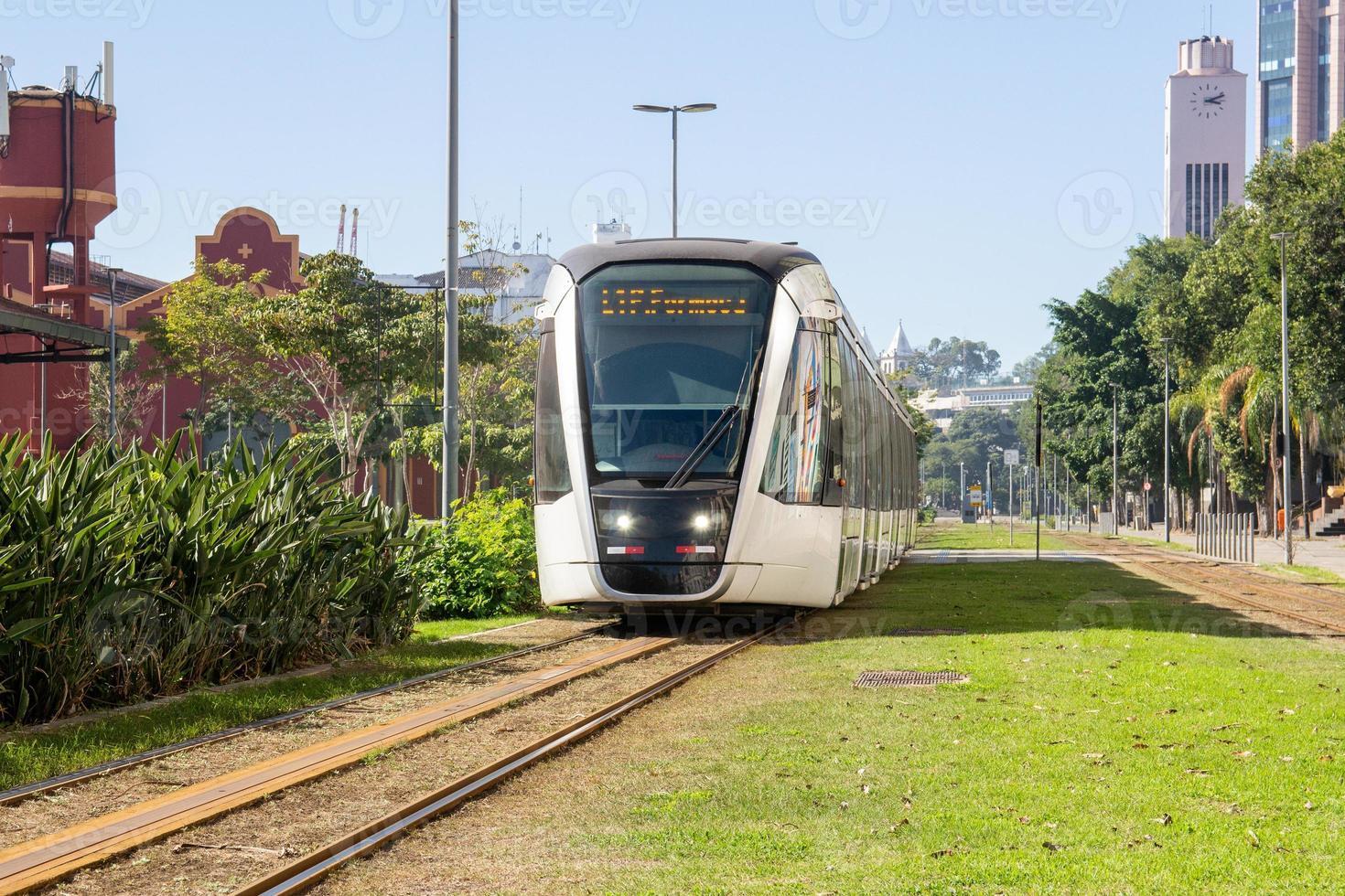 train de transport de passagers connu sous le nom de vlt à rio de janeiro. photo