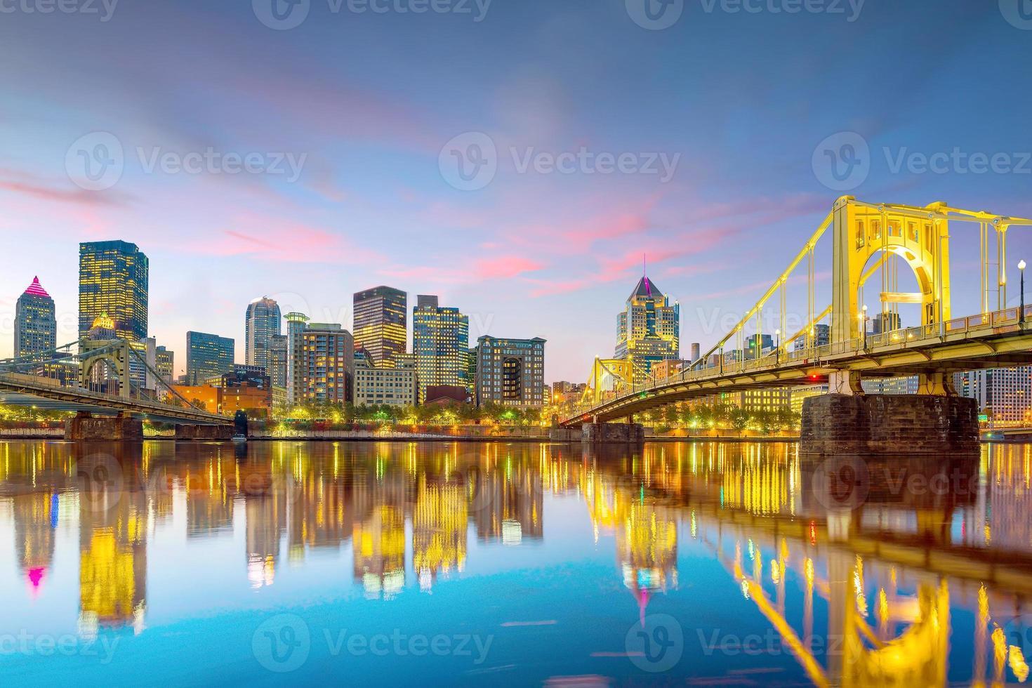 Panorama du centre-ville de Pittsburgh au crépuscule photo