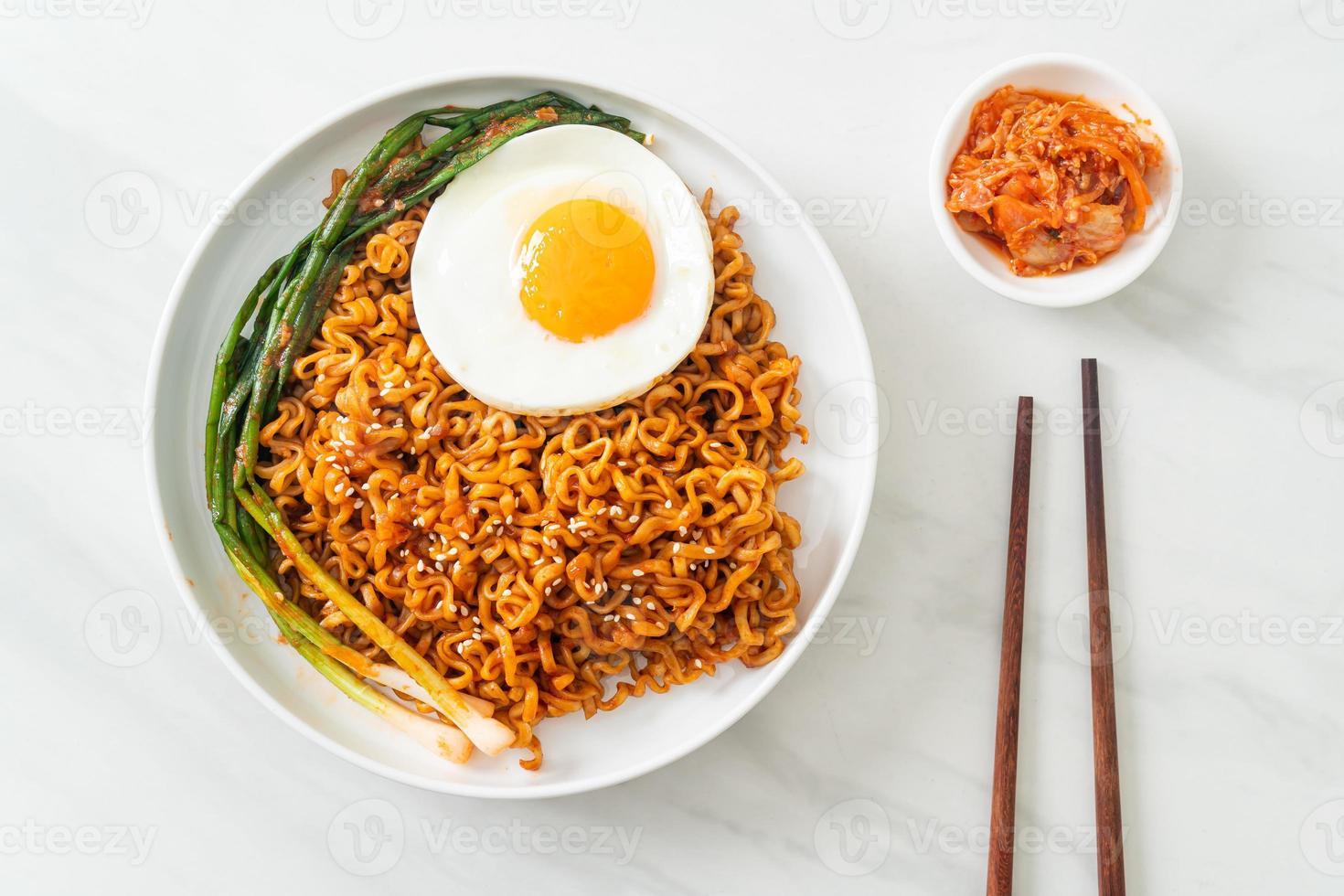 nouilles instantanées épicées coréennes séchées maison avec œuf au plat photo