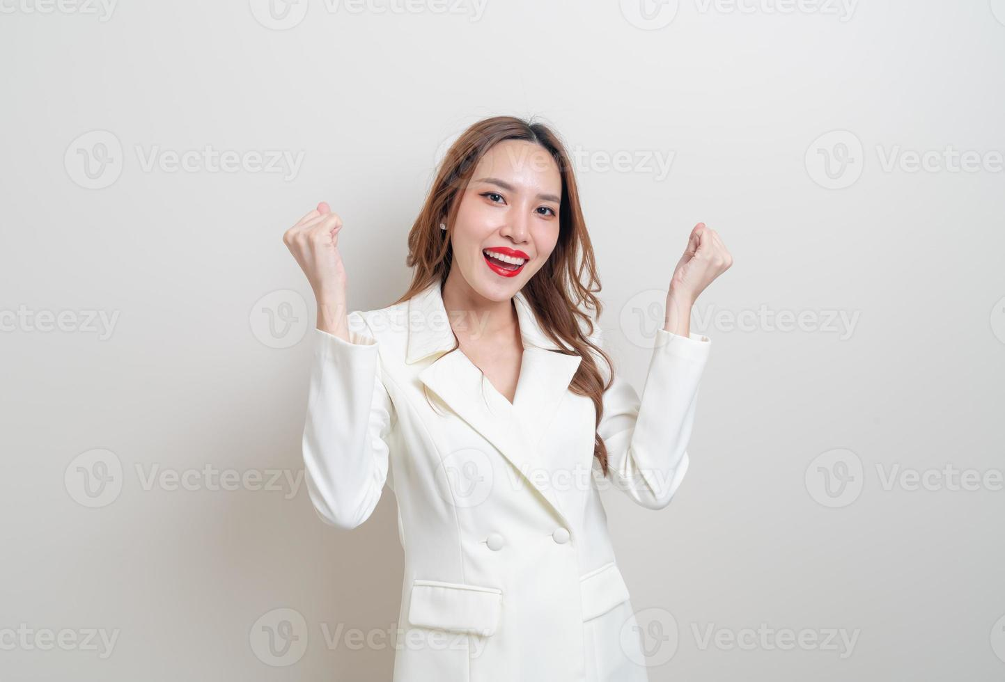 Portrait belle femme d'affaires asiatique avec succès émotion sur fond blanc photo
