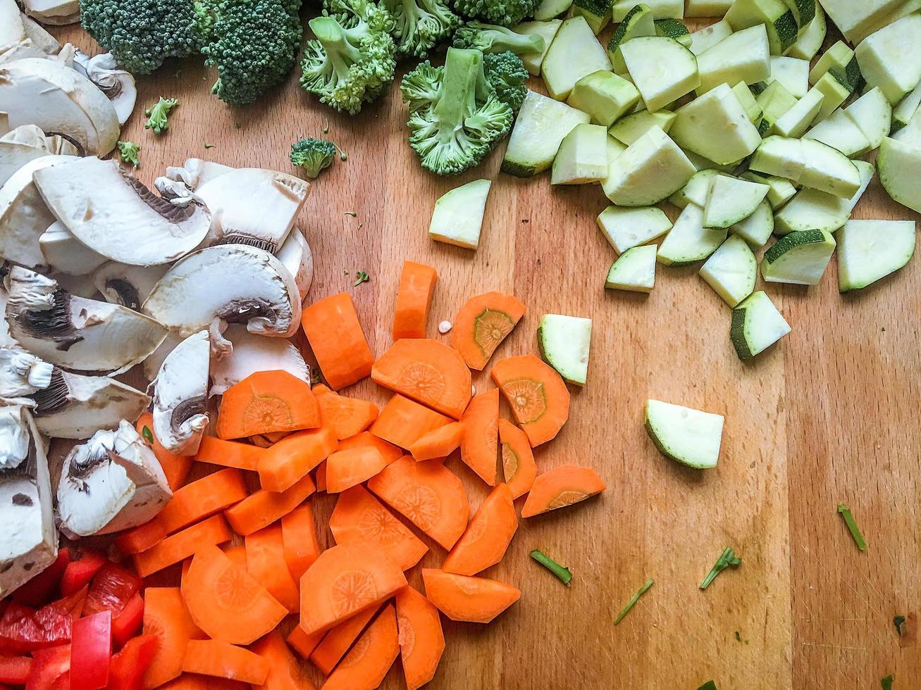 Brokoli aux champignons hachés et carottes sur la table de la cuisine photo