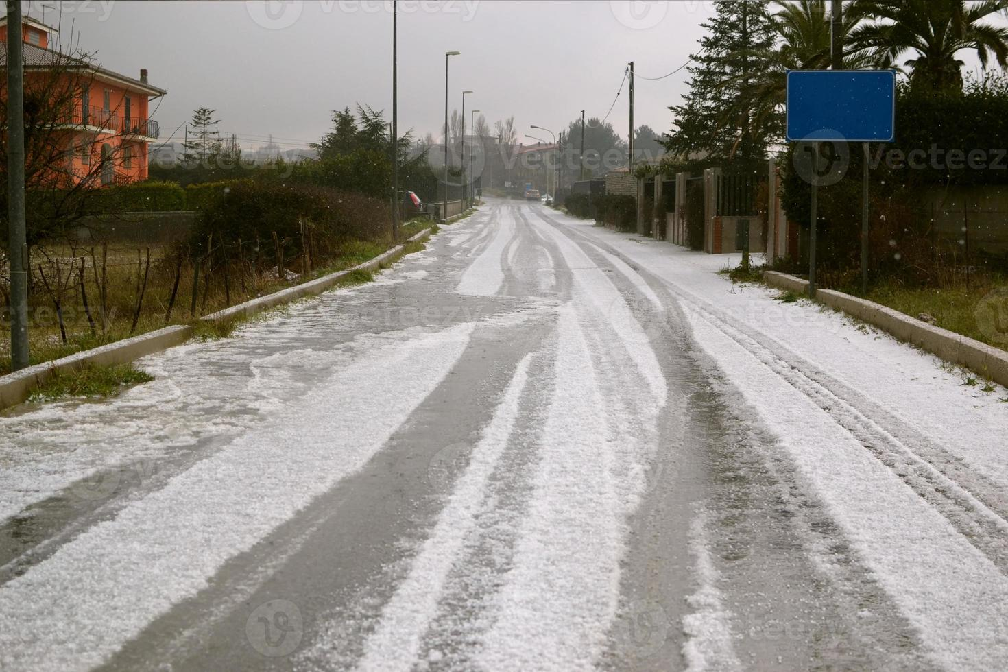 route avec de la grêle qui ressemble à de la neige. photo