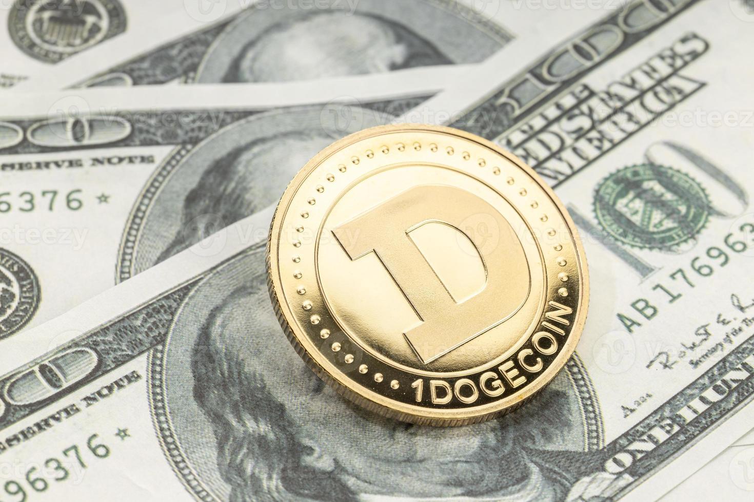 pièce de monnaie dogecoin sur les billets en dollars. crypto-monnaie sur les billets en dollars américains photo