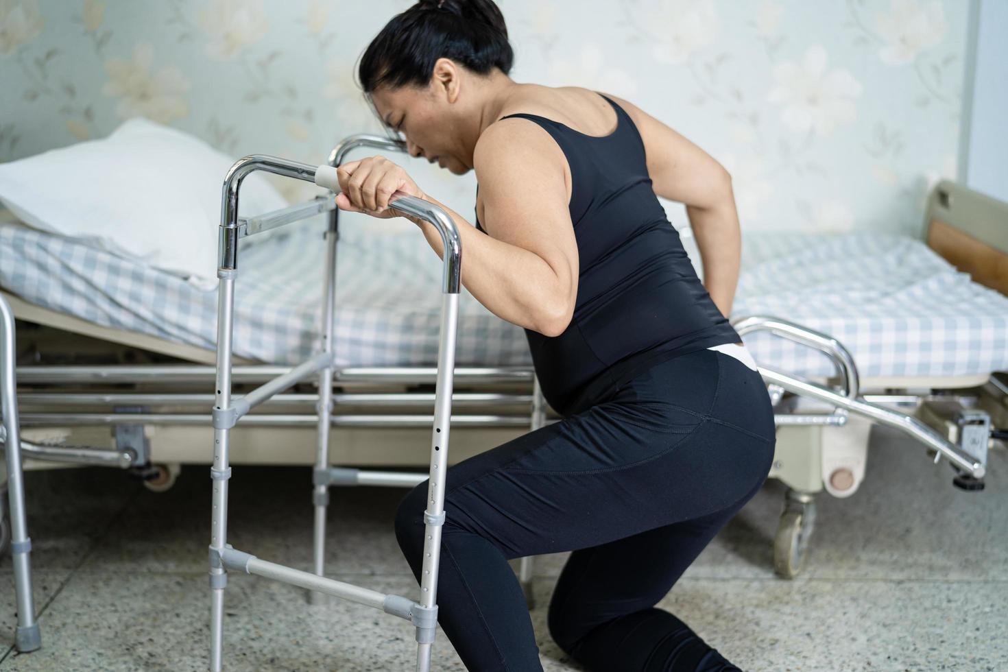 Asie dame femme patient tombant dans le salon photo