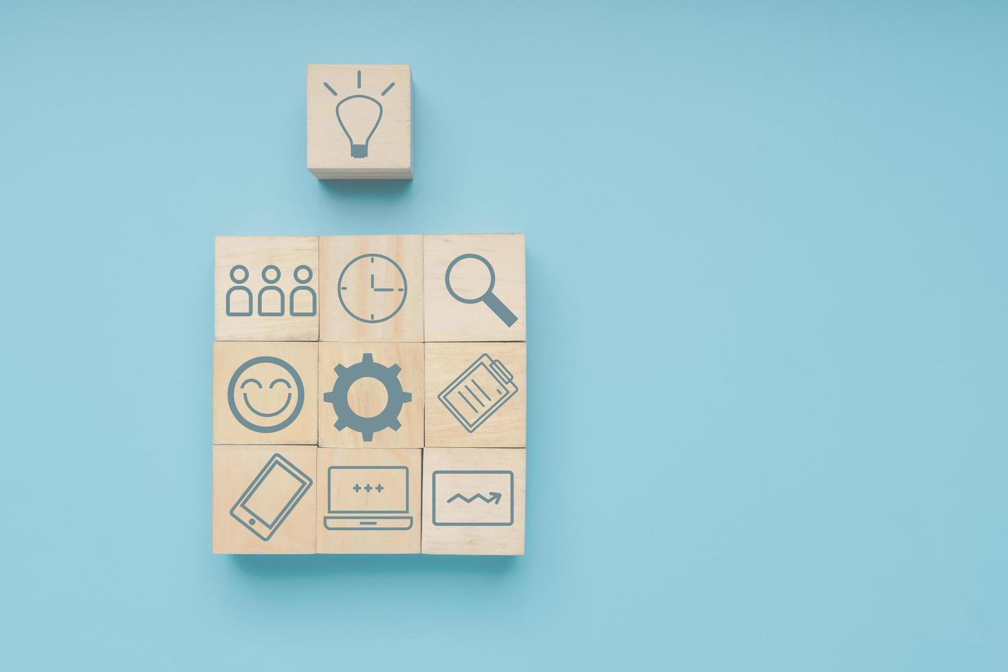 bloc de bois idée avec l'icône de l'étape commerciale vers le succès photo