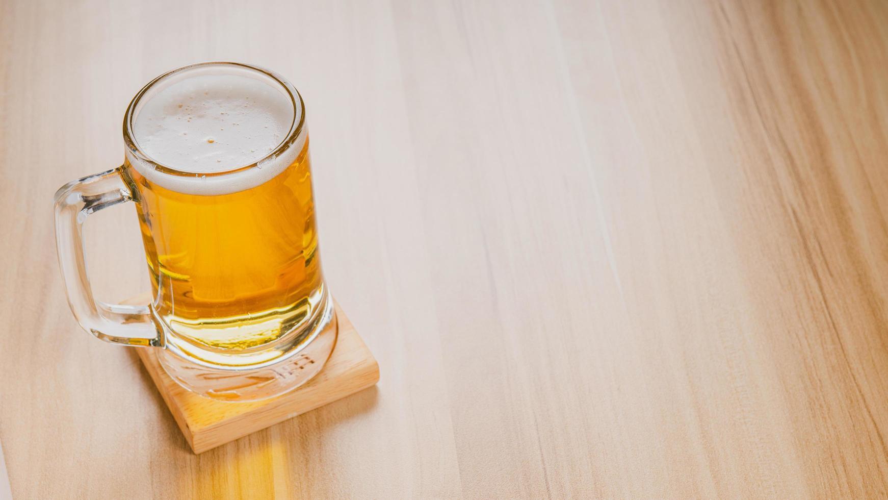 verres de bière légère, bière artisanale froide dans un verre sur table en bois photo