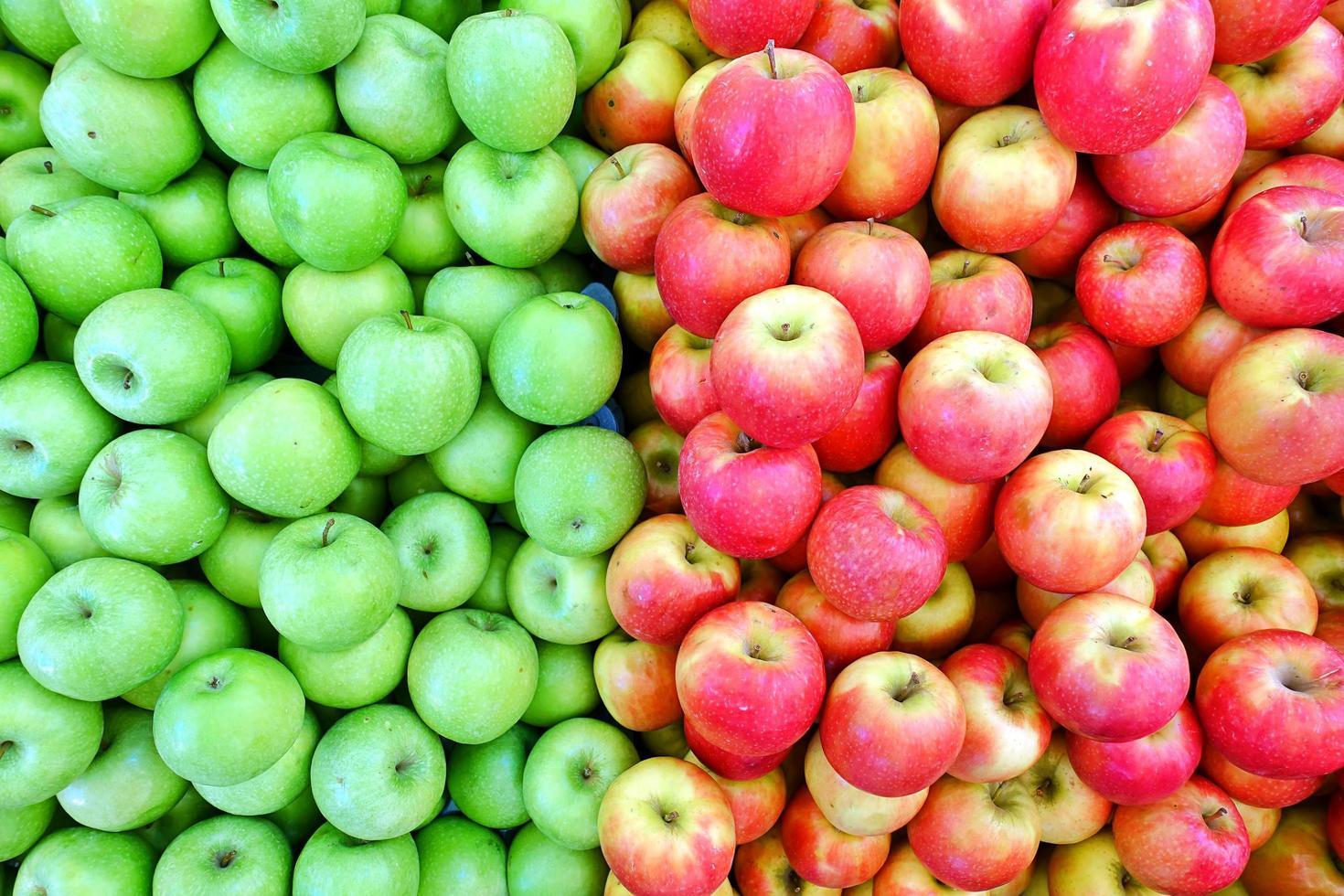 fruits pomme bio rouge et verte photo