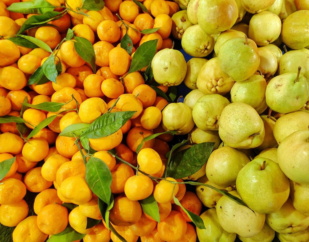 mandarine et poire de fruits frais juteux photo