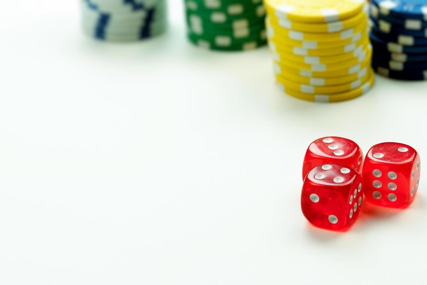 jouer aux dés rouges et aux jetons d'argent photo