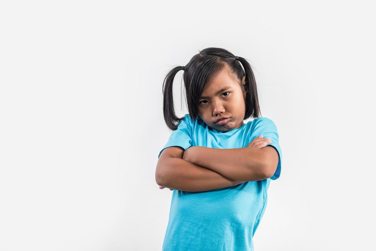 petite fille se sent en colère en studio shot. photo