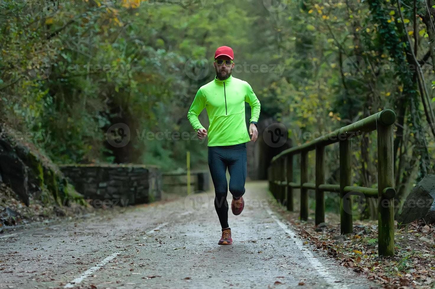 homme athlète court sur piste cyclable à l'automne photo
