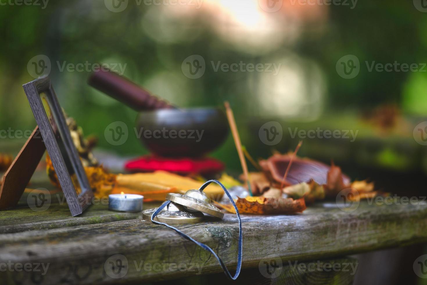 objets de méditation yoga sur table en bois à l'extérieur photo