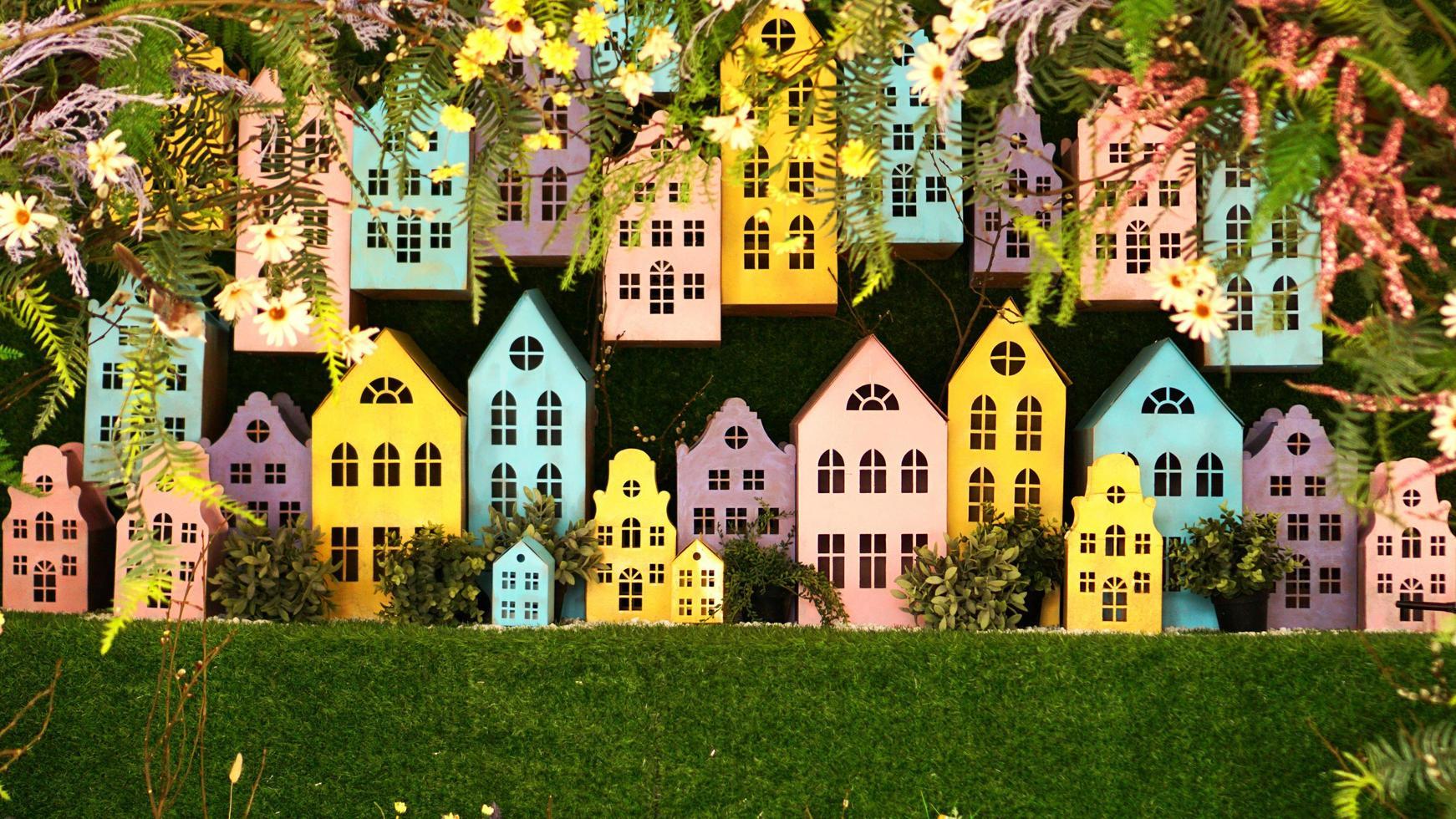 petites maisons colorées en carton faites à la main. photo
