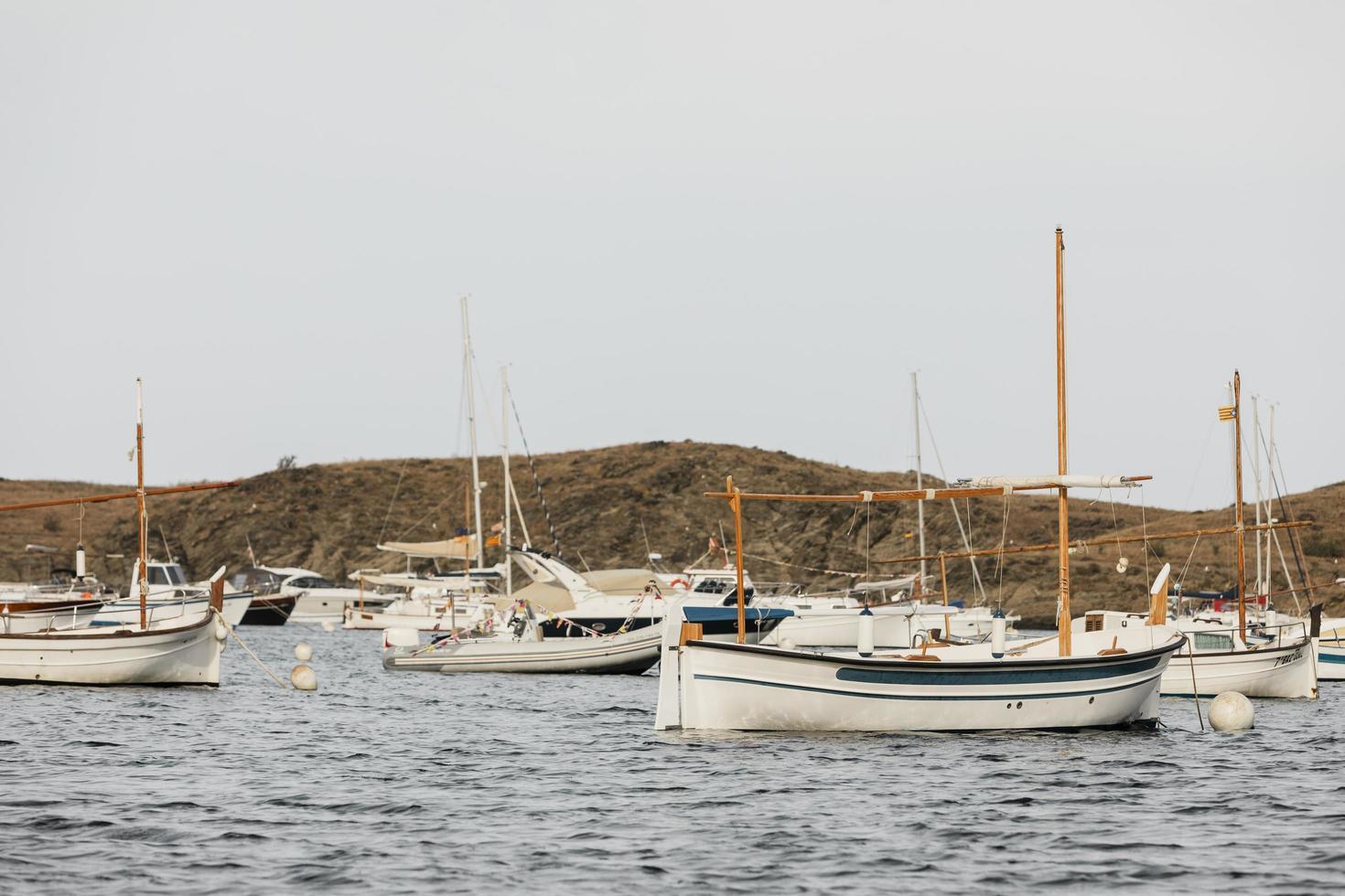 les différents bateaux voyageant océan photo