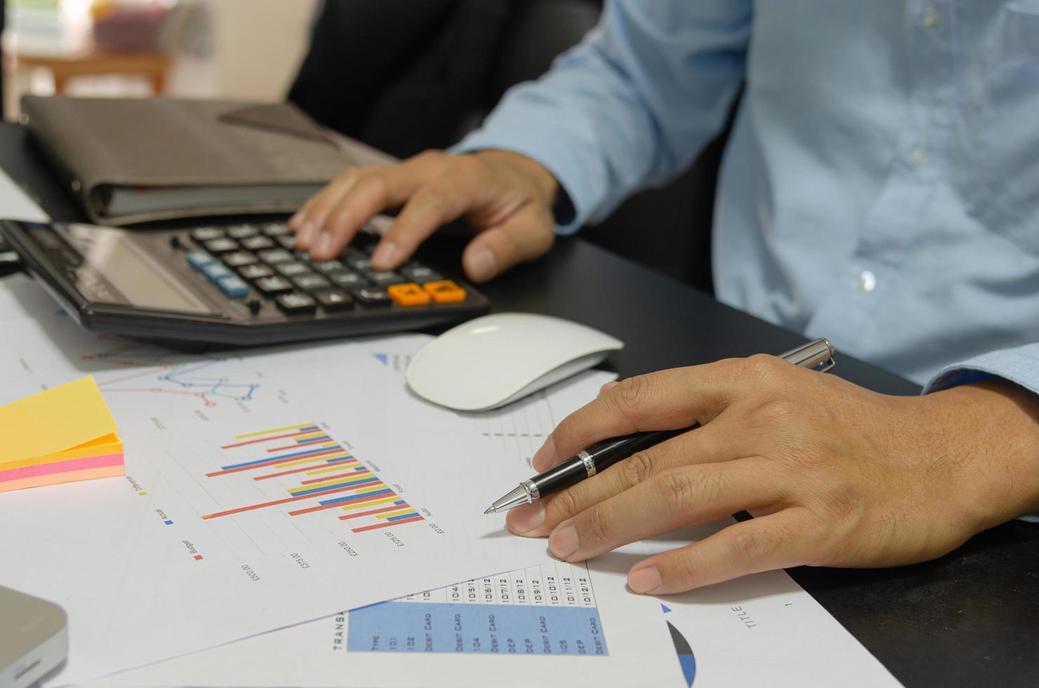 homme d'affaires tenant un stylo, financier, fiscal, documents marketing photo